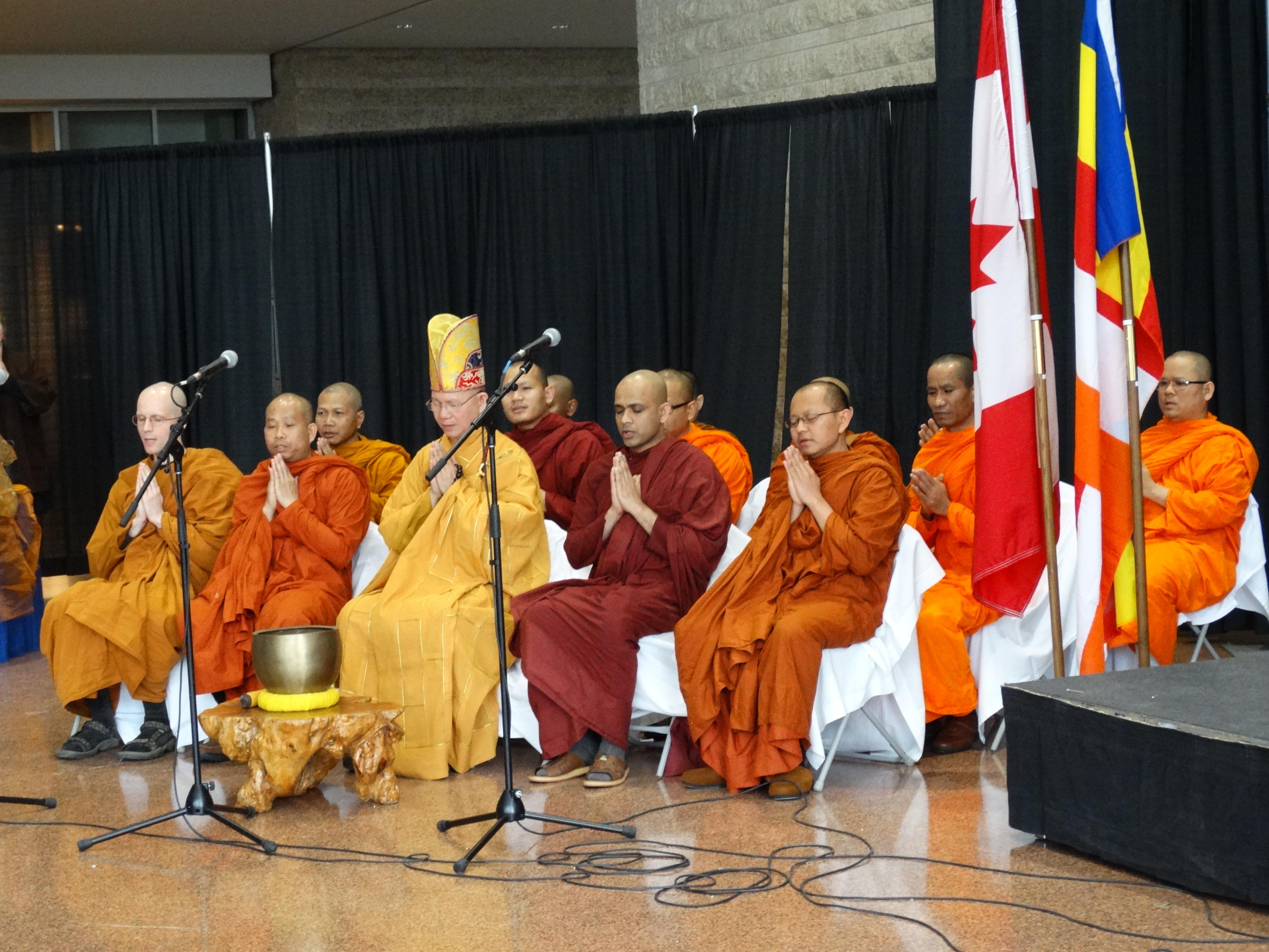 Anggota Sangha membacakan paritta untuk perdamaian dunia dalam perayaan hari Vesak 2014 di Balai Kota Ottawa, Kanada. Foto: